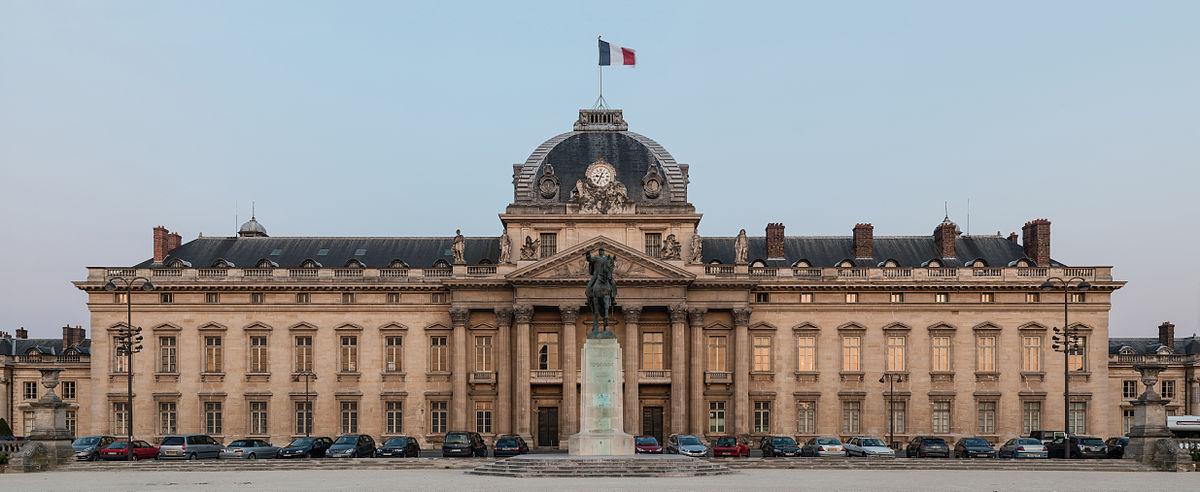 Central_building_of_Ecole_Militaire_at_dusk,_Paris_7e_20140607_1