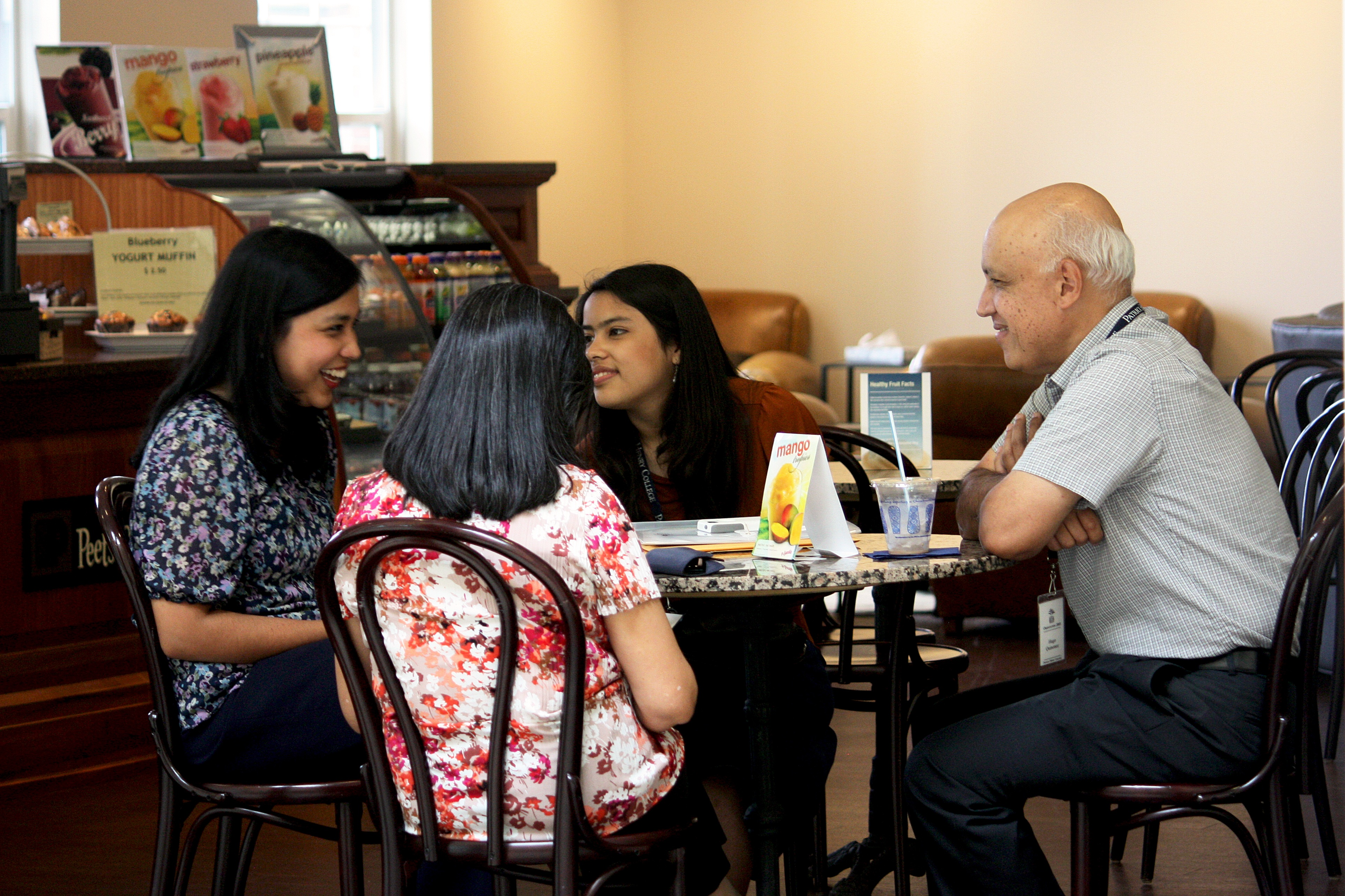 Freshman_Orientation_2015_student_family_parents_coffeeshop_1.jpg